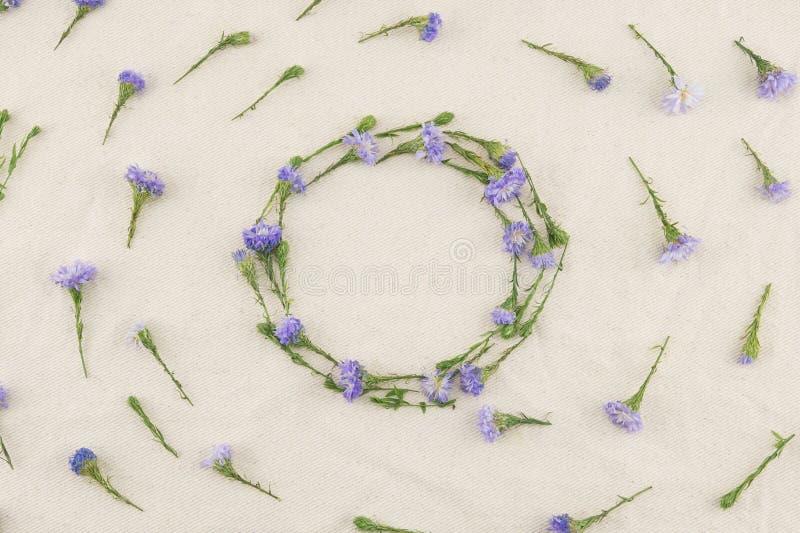 Corona rotonda dei fiori porpora della taglierina immagini stock