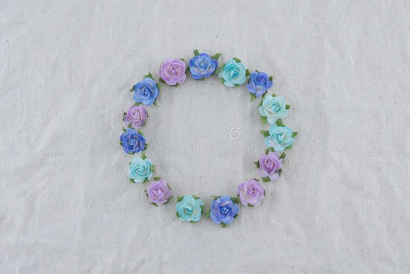Corona rotonda fatta dai fiori di carta della rosa blu di tono fotografia stock