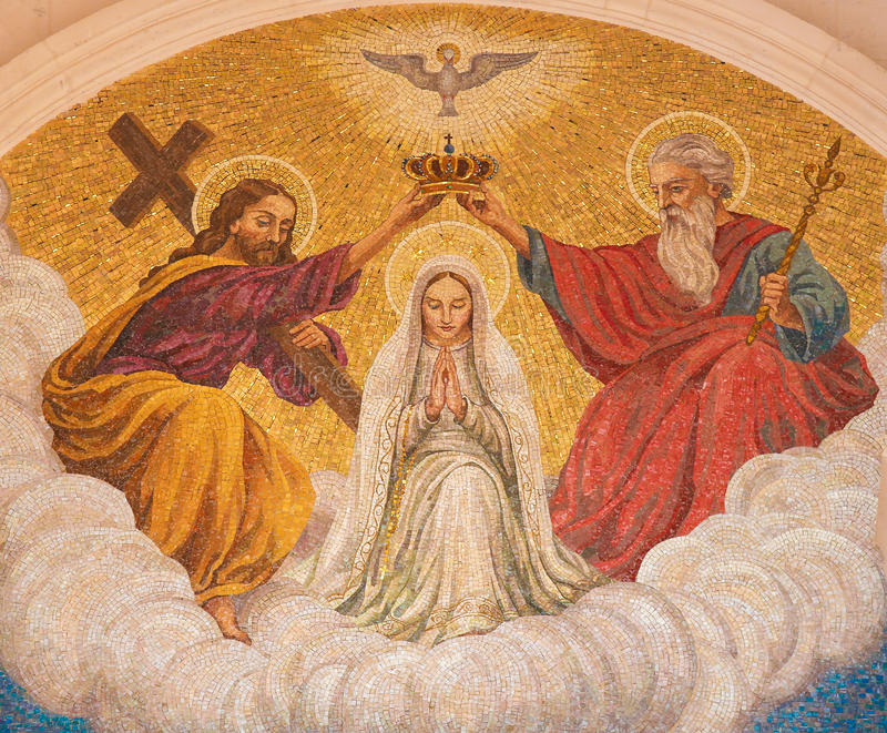 Coronación de la madre Maria por la trinidad santa imagenes de archivo