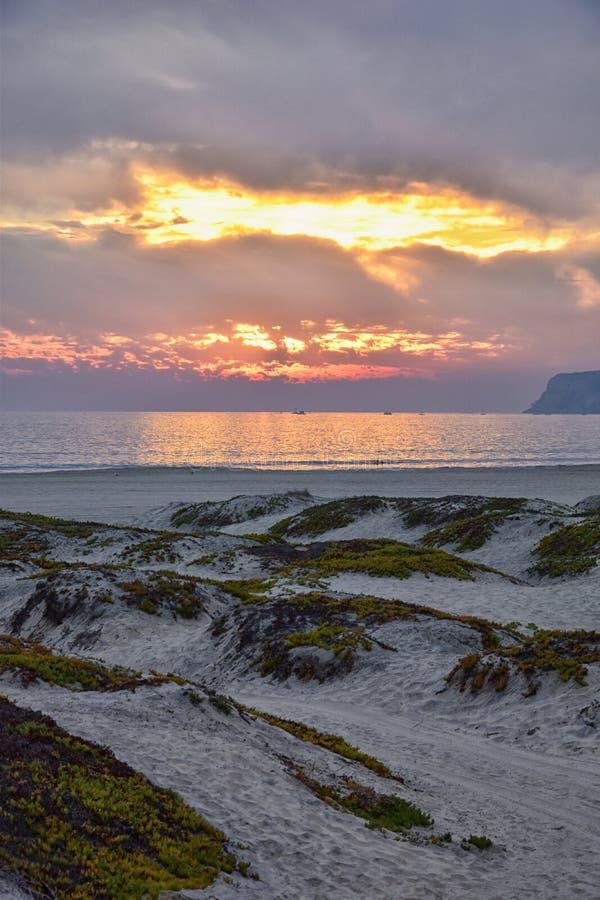 Coronado strand i San Diego vid den historiska hotelldelen Coronado, på solnedgången med unika strandsanddyn, panoramasikt av Pac royaltyfria foton