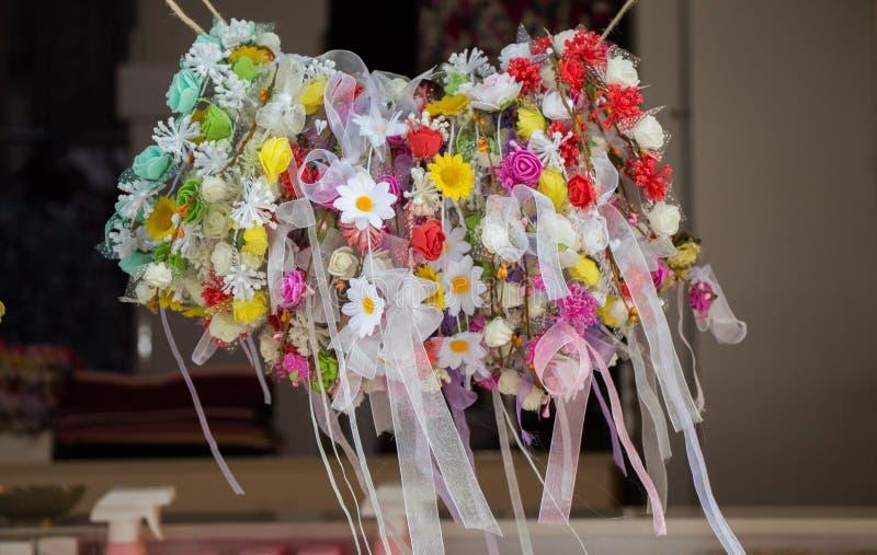 Download Coronas Coloridas Hechas De Flores Falsas Imagen de archivo - Imagen de falsificación, ramo: 100535671