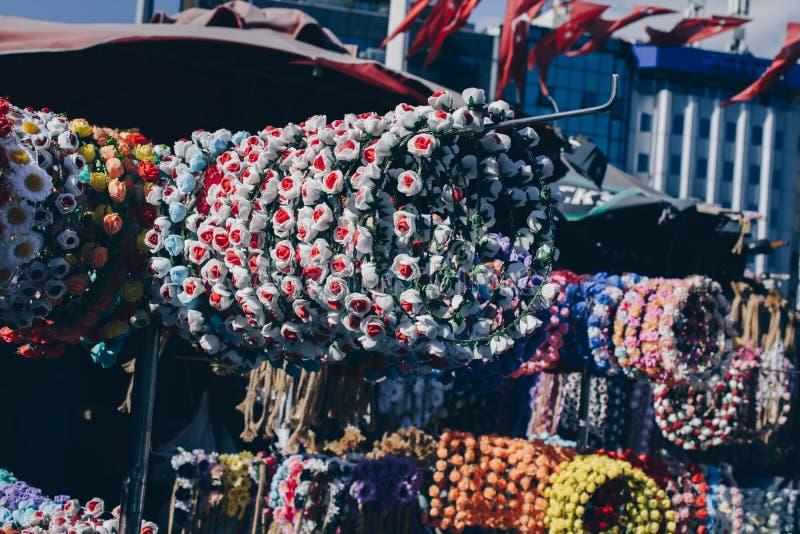 coronas coloridas para la venta hecha de flores falsas foto de archivo