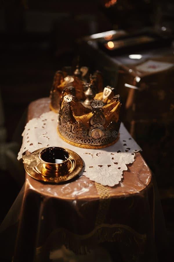 Coronas de la boda Corona de la boda en la iglesia lista para la ceremonia de boda Cierre para arriba Liturgia divina imagen de archivo libre de regalías