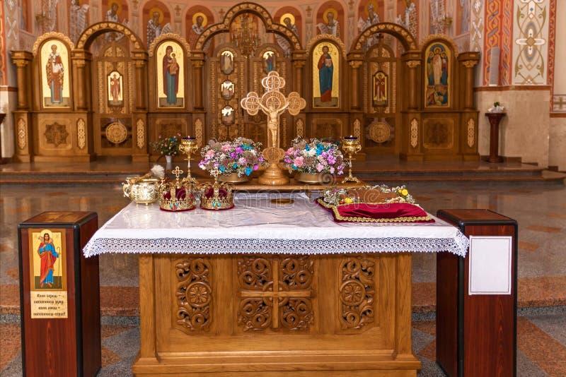 Coronas de oro en el altar fotos de archivo libres de regalías