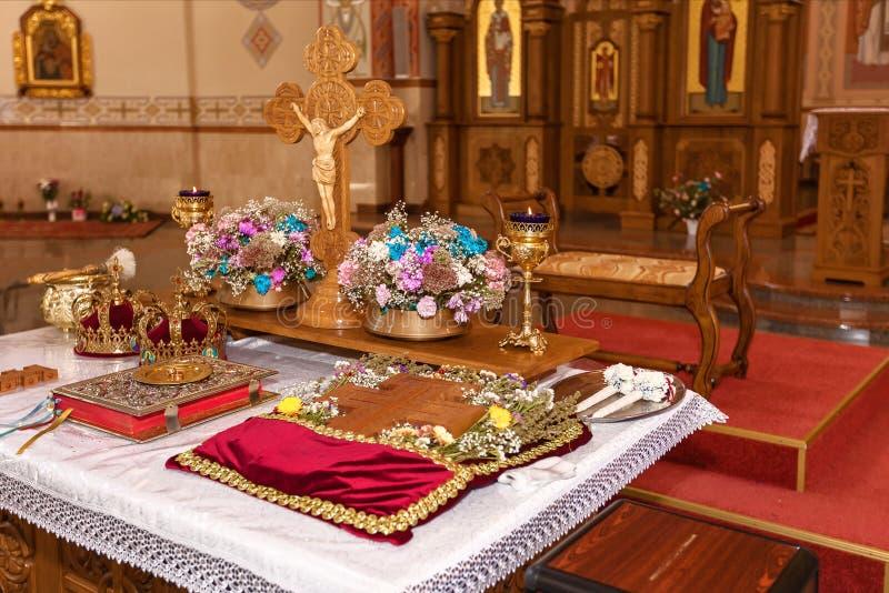 Coronas de oro en el altar imágenes de archivo libres de regalías