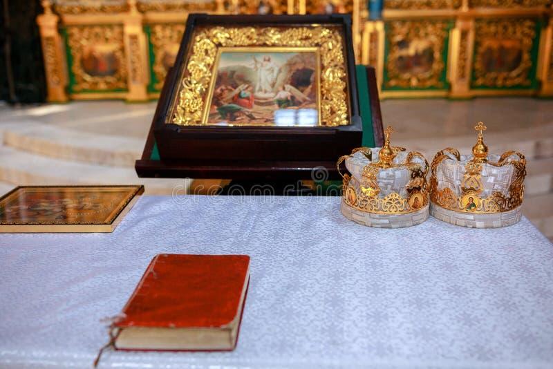 Coronas de oro en el altar imagenes de archivo