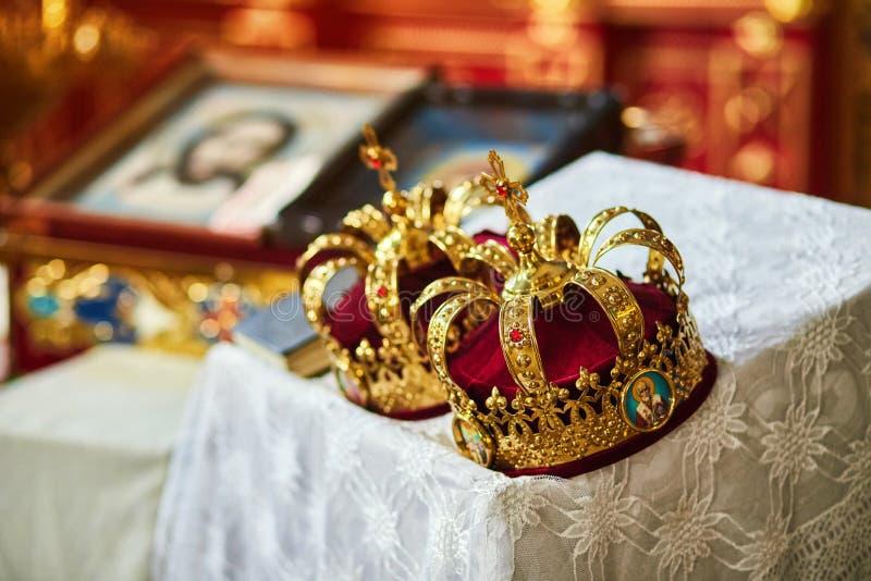 Coronas en la iglesia lista a la ceremonia que se casa foto de archivo libre de regalías