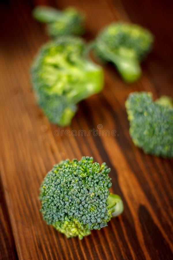 Coronas hermosas del bróculi en el tablero de madera fotografía de archivo libre de regalías