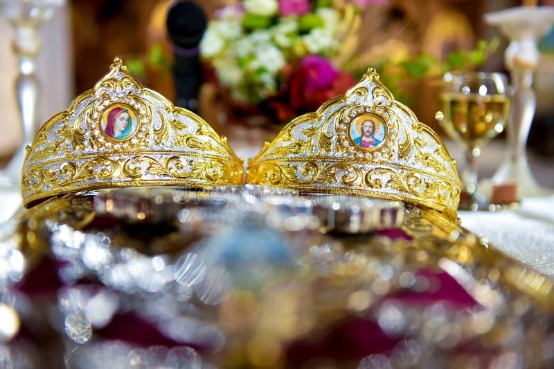 Coronas que se casan en la iglesia imágenes de archivo libres de regalías
