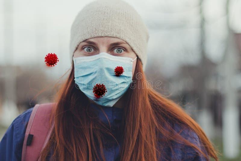 Coronavírus, colo19 Menina assustada em uma máscara médica na rua e microcélula coronavírus contra vírus imagens de stock royalty free