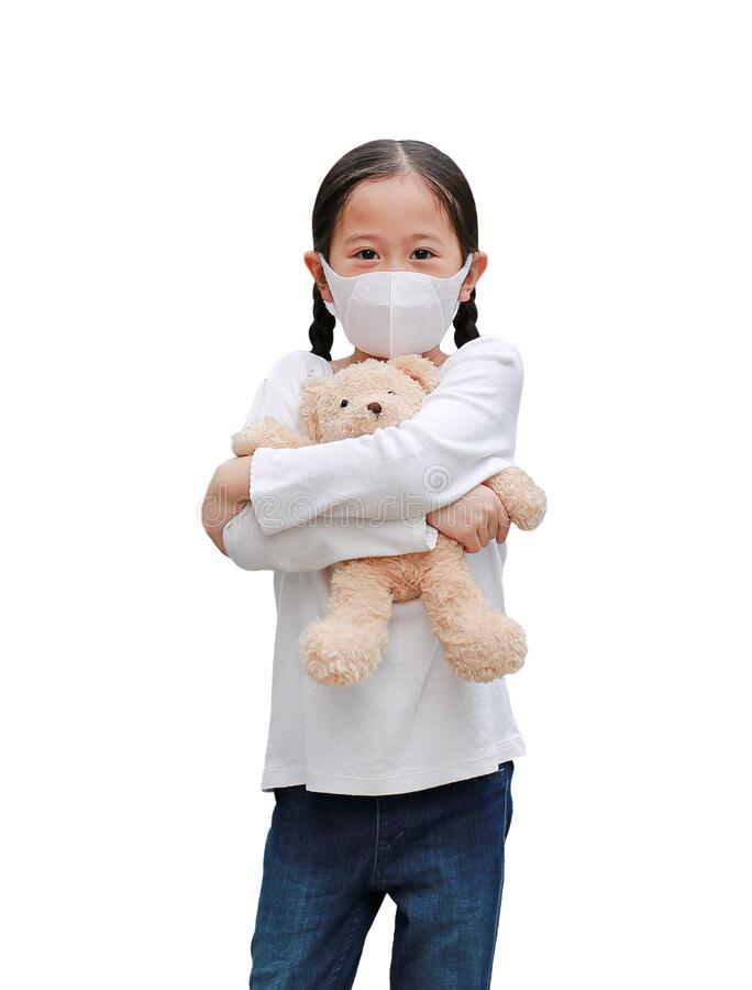 Coronavirus covid-19 και έννοια τη ριροστασία τη ρύριανση Ασιάτισσα κοριτσάκι αγκαλιάζει την κούκλα αρκουδάκι φορώντας μάσκα για στοκ εικόνα με δικαίωμα ελεύθερης χρήσης