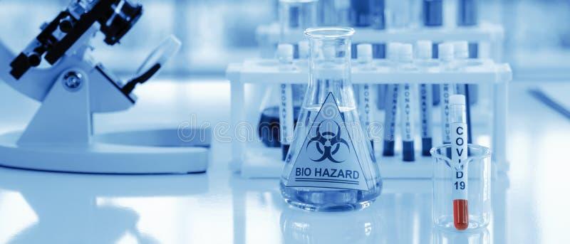 Coronavirus covid-19 campione di sangue infetto in provetta sulla tavola in laboratorio fotografia stock