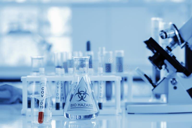 Coronavirus covid-19 campione di sangue infetto in provetta sulla tavola in laboratorio immagine stock libera da diritti