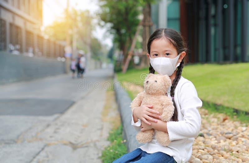 Coronavirus covid-19 e conceito de proteção contra a poluição Ursinho de pelúcia asiática, com máscara para proteger foto de stock royalty free