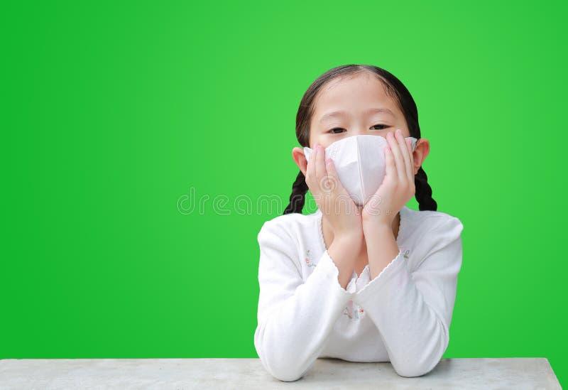 Coronavirus covid- 19 e proteção contra poluição com conceito de máscara Retrato da menina asiática usando máscara para proteger imagens de stock