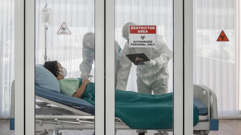 Coronavirus covid-19 sygnał alarmowy o kwarantannie i rozstaniu w oknie pokoju kwarantanny w szpitalu z ekspertami ds. kontroli c obrazy stock