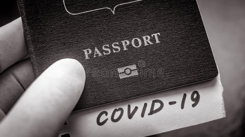 Coronavirus et concept de voyage Note COVID-19 et passeport Éclosion du virus de la corona néenne La propagation de l'épidémie à  images libres de droits