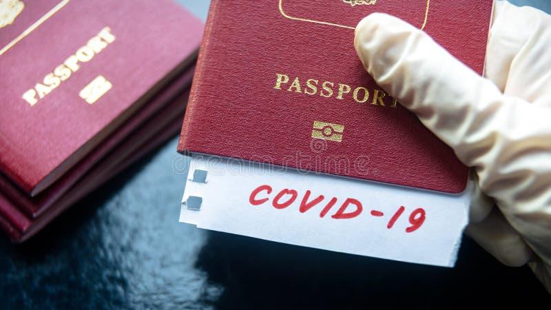 Coronavirus et concept de voyage Note COVID-19 coronavirus et passeport Éclosion du virus de la corona néenne Propagation de l'ép images libres de droits