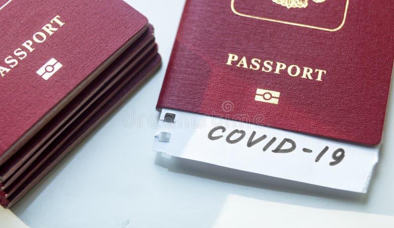 Coronavirus et concept de voyage Note COVID-19 coronavirus et passeport Éclosion du virus de la corona néenne Propagation de l'ép photo libre de droits