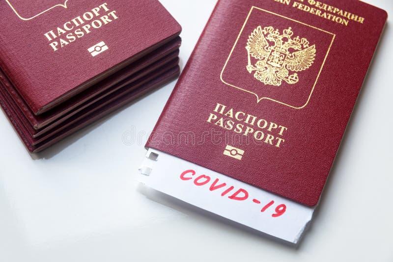 Coronavirus et concept de voyage Note COVID-19 et passeport russe Éclosion du virus de la corona néenne Propagation de l'épidémie image stock