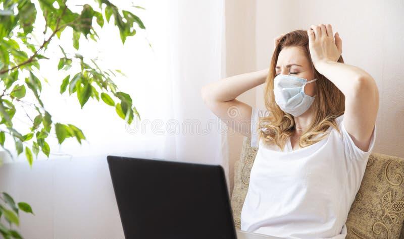 Coronavirus Unga affärskvinna som arbetar i hemmet med skyddsmask Arbetskvinna i karantän för att bära koronavirus fotografering för bildbyråer