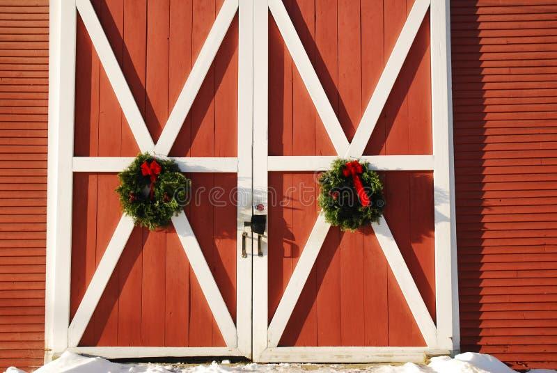 Corone di Natale su un granaio della Nuova Inghilterra immagine stock