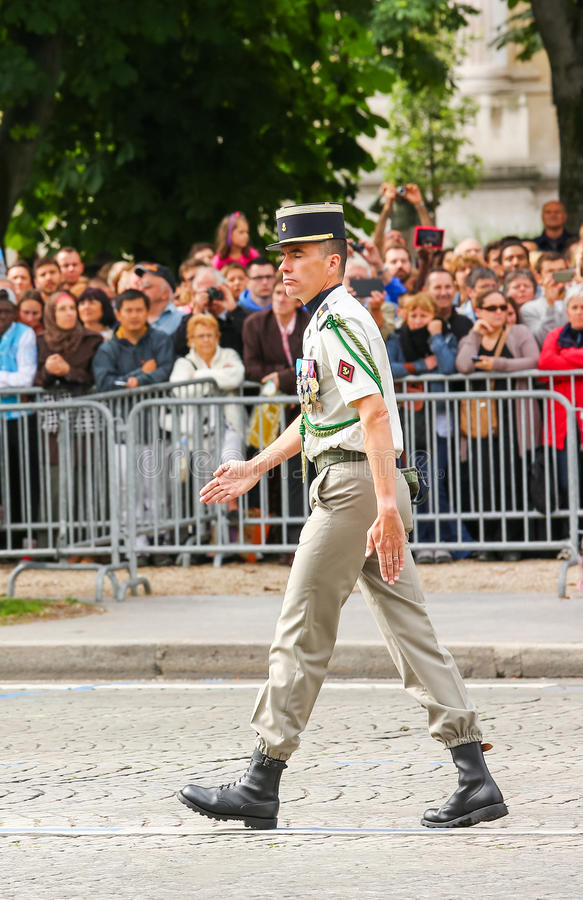 Coronel na parada militar (desfile) durante o ceremonial do dia nacional francês, avenida de Elysee dos campeões imagem de stock