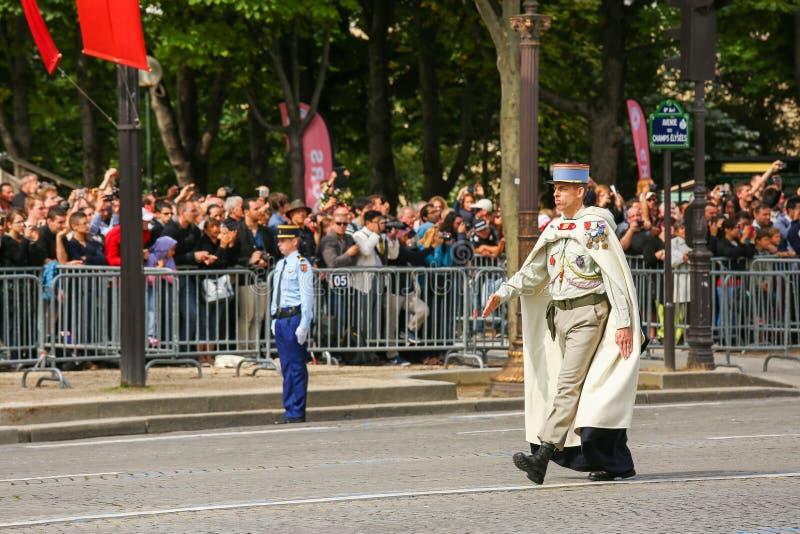 Coronel na parada militar (desfile) durante o ceremonial do dia nacional francês, avenida de Elysee dos campeões fotos de stock