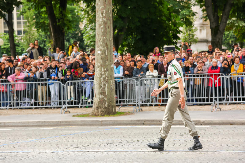 Coronel na parada militar (desfile) durante o ceremonial do dia nacional francês, avenida de Elysee dos campeões foto de stock