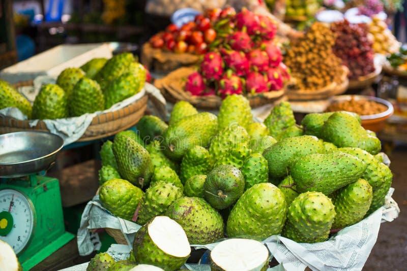 Corossol hérisse sur le marché asiatique, graviola photographie stock