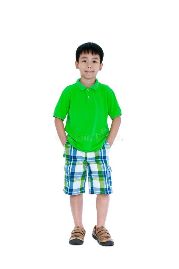 Corpo completo da criança asiática feliz que sorri e que olha a câmera É imagem de stock royalty free