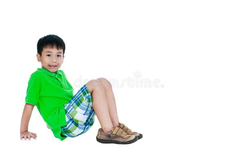 Corpo completo da criança asiática que sorri e que olha a câmera, isolado imagens de stock royalty free