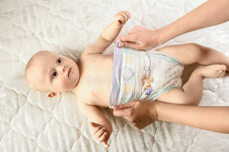 corpo-cuidado da mãe e da criança tecidos das mudanças a seu bebê recém-nascido rotina diária da maternidade Estilo de vida da fa fotos de stock royalty free