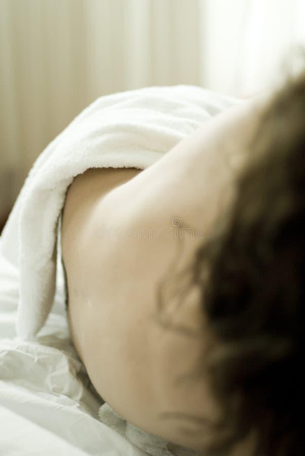 Corpo da mulher nu na cama fotos de stock