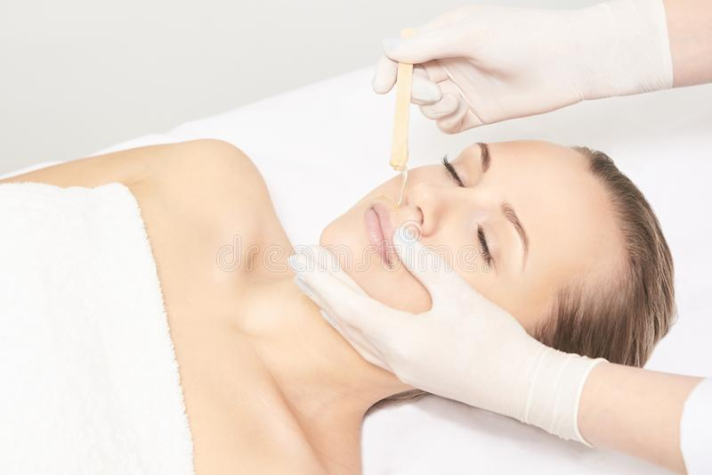 Corpo de Sugar Hair Removal From Woman Procedimento dos termas de Epilation da cera Esteticista Female do procedimento mustache imagem de stock royalty free
