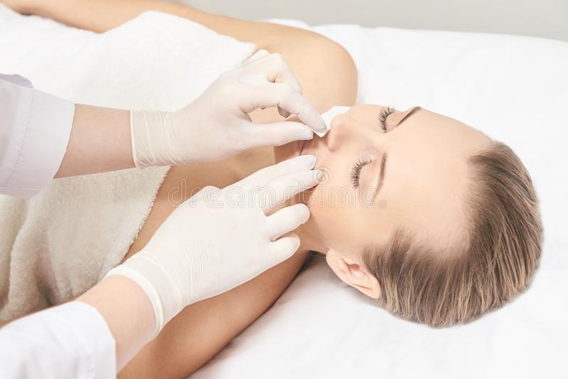 Corpo de Sugar Hair Removal From Woman Procedimento dos termas de Epilation da cera Esteticista Female do procedimento mustache imagens de stock