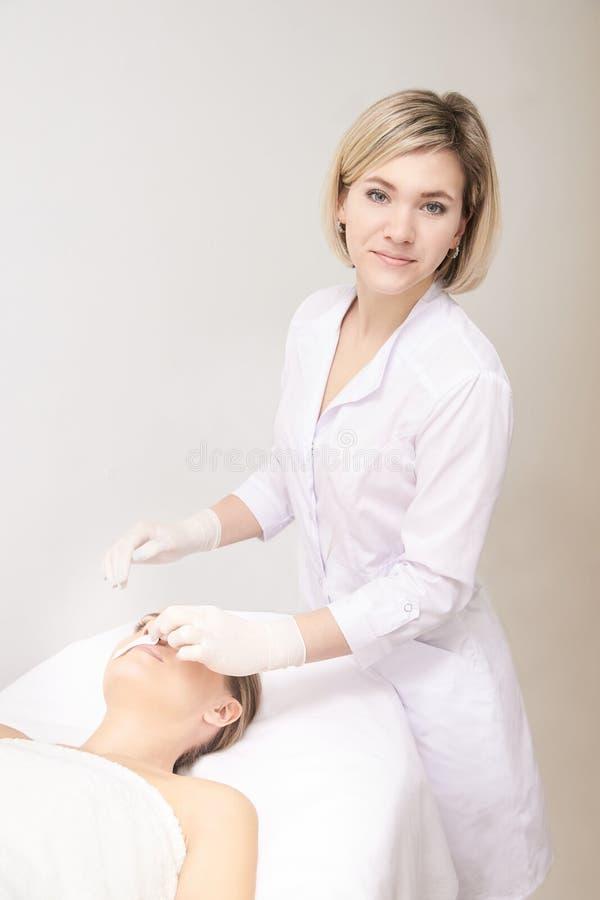 Corpo de Sugar Hair Removal From Woman Procedimento dos termas de Epilation da cera Esteticista Female do procedimento mustache fotografia de stock royalty free