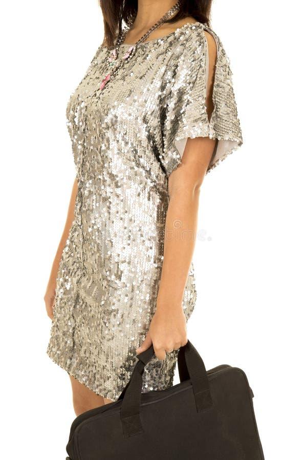 Corpo del vestito dall'argento della donna con la borsa a disposizione immagini stock libere da diritti