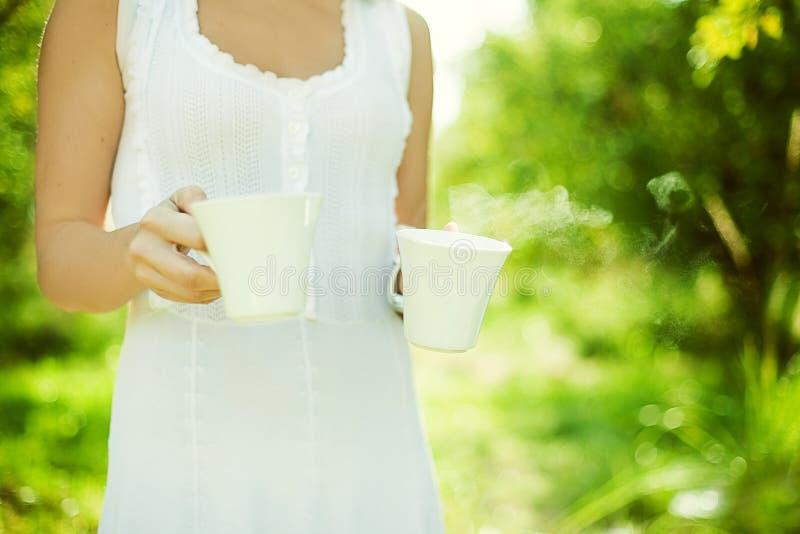 Corpo do chá carreg da mulher imagens de stock royalty free