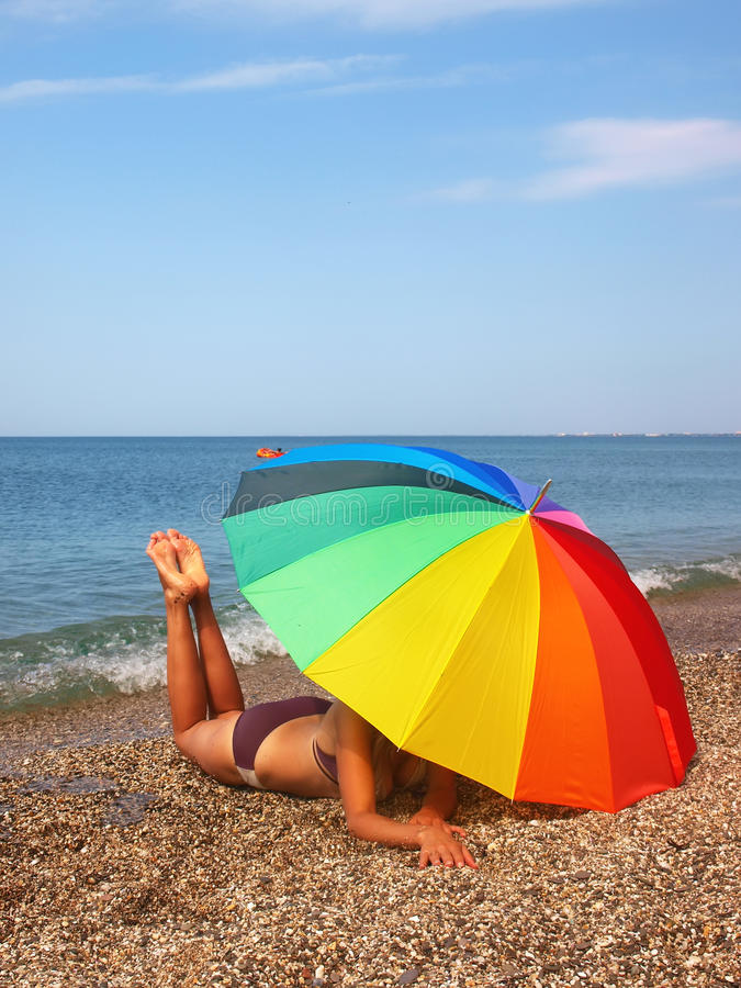 Corpo do guarda-chuva e da mulher de praia do arco-íris fotografia de stock royalty free
