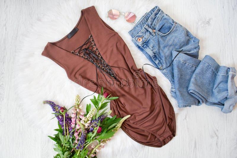 Corpo e calças de ganga de Brown Ramalhete de flores selvagens Backgr branco imagens de stock