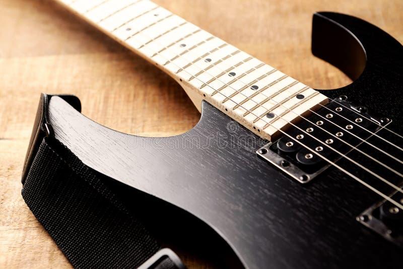 Corpo e fretboard della chitarra elettrica moderna su fondo di legno rustico fotografia stock libera da diritti