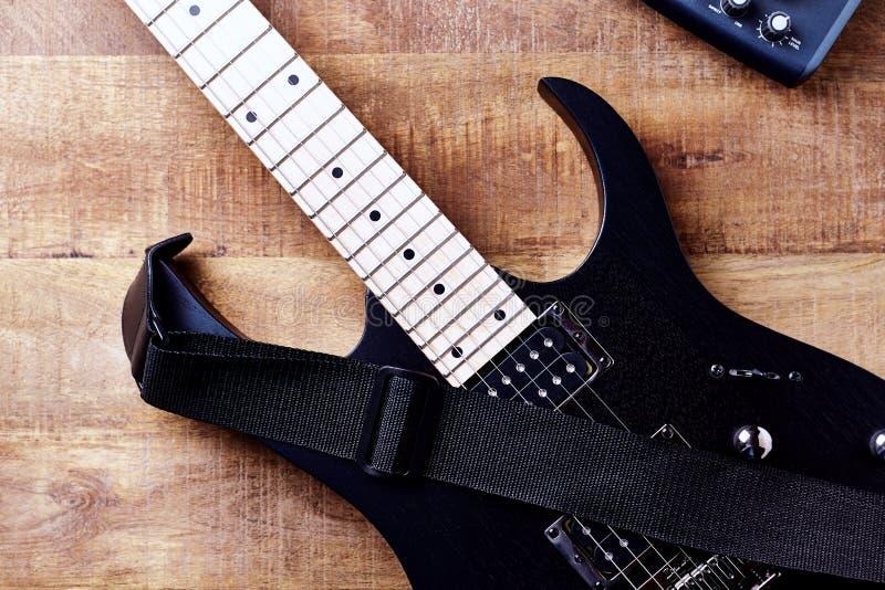 Corpo e fretboard della chitarra elettrica moderna su fondo di legno rustico fotografie stock libere da diritti