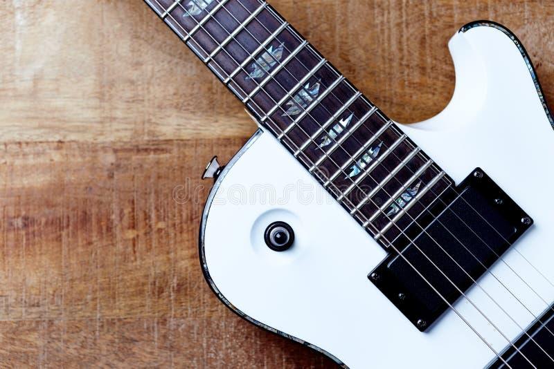 Corpo e fretboard della chitarra elettrica moderna su fondo di legno rustico immagine stock