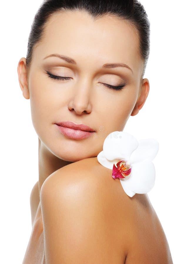 Corpo fêmea nu com a flor em seu ombro foto de stock royalty free