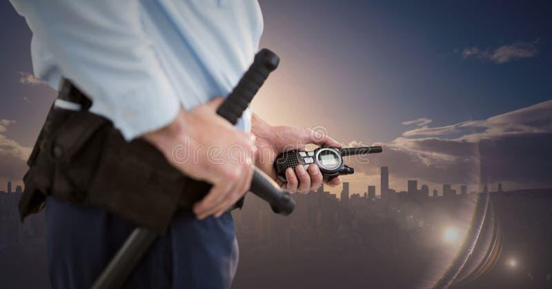 Corpo inferior do agente de segurança contra a skyline e o por do sol imagens de stock