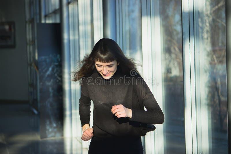 Corpo magro de uma jovem mulher bonita que veste calças de brim pretas imagens de stock royalty free
