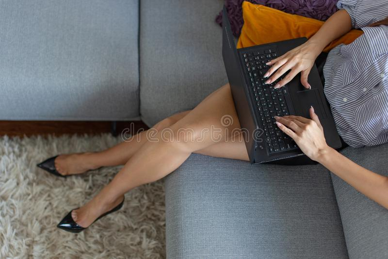 Corpo novo da mulher de negócios que datilografa no portátil imagens de stock
