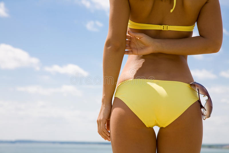 Corpo Tanned da mulher no biquini imagem de stock