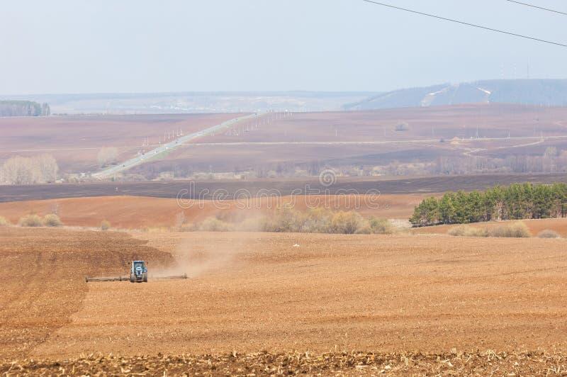 Corporative lantliga gryningar landodling vid traktorer, vår fi royaltyfri foto